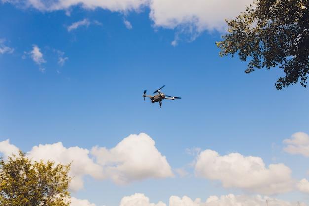 Fliegende drohne mit blauem himmelhintergrund, neue technologie.