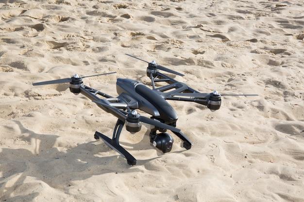 Fliegende drohne mit montierter kamera am strand