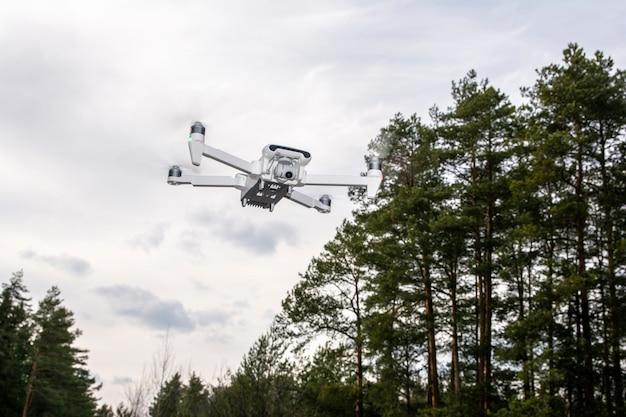 Fliegende drohne. quadcopter. der aufstieg der drohne. draufsicht. nahansicht