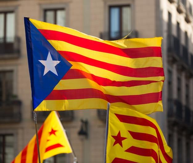 Fliegende katalanische flaggen