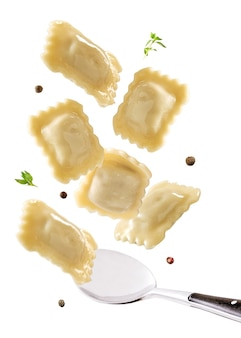 Fliegende knödel, ravioli, pelmeni. design- und food-styling-idee. menü- oder kochbuchkonzept.