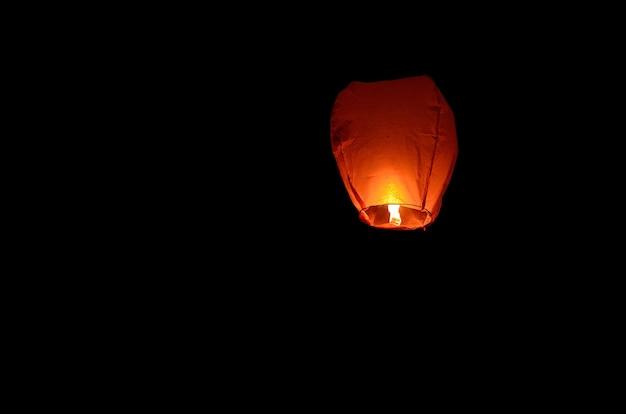 Fliegende laterne am dunklen himmel
