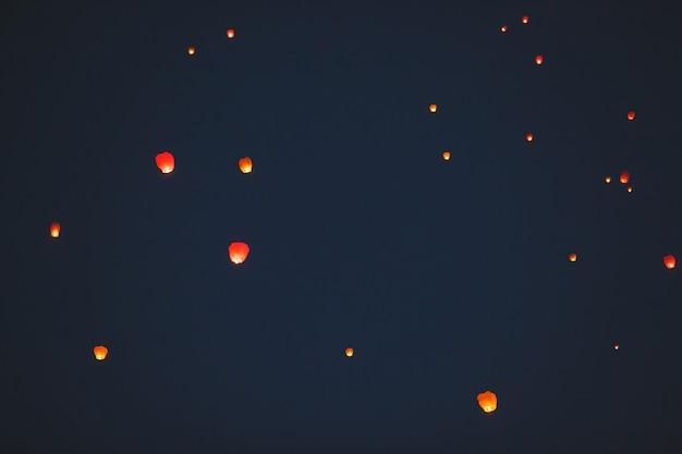 Fliegende laterne im dunklen himmel