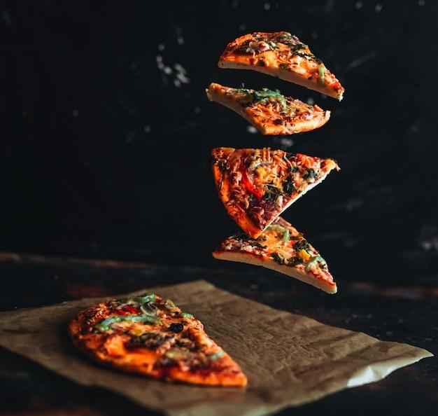 Fliegende pizzastücke
