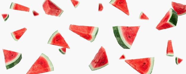 Fliegende wassermelonenscheiben hautnah auf weißem hintergrund