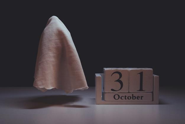 Fliegender geist bis oktober-kalender. halloween-urlaub.