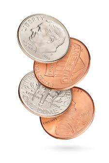 Fliegender münzstapel mit penny und dime us-cents isoliert in weißem hintergrund