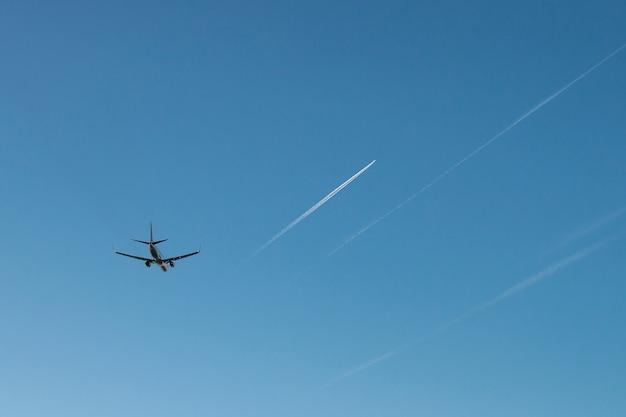 Fliegendes passagierflugzeug auf blauem himmel