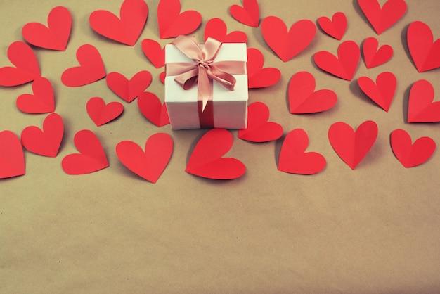 Fliegendes rotes herzkonzept der draufsichtebene des valentinsgrußtages legen