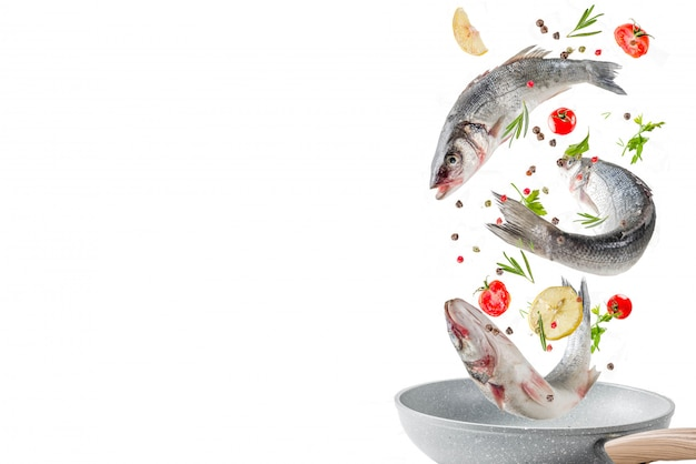 Fliegenfutter, roher wolfsbarschfisch mit gewürzen