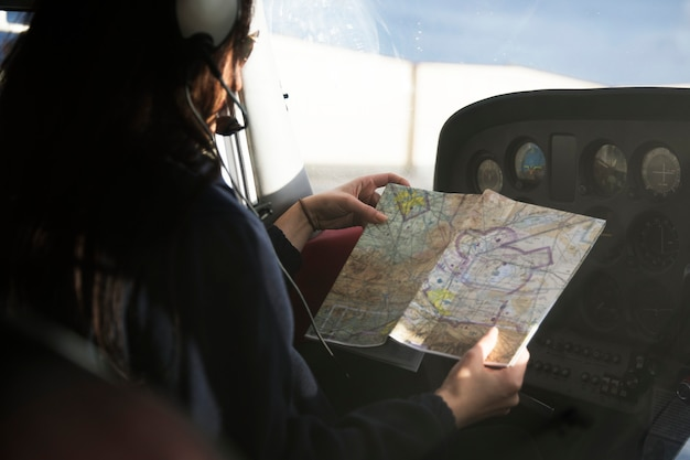 Flieger schaut sich vor dem abflug eine karte an