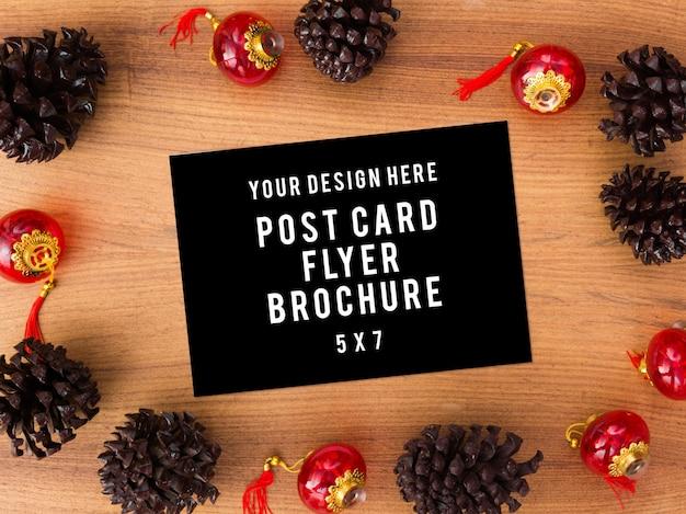 Fliegertagebuchpostkarte auf tabelle mit modell weihnachtszeitbaum, geschenke, dekorationen im hintergrund.