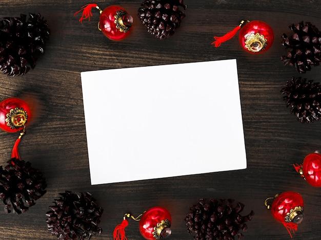 Fliegertagebuchpostkarte auf tabelle mit modell weihnachtszeitbaum, geschenke, dekorationen