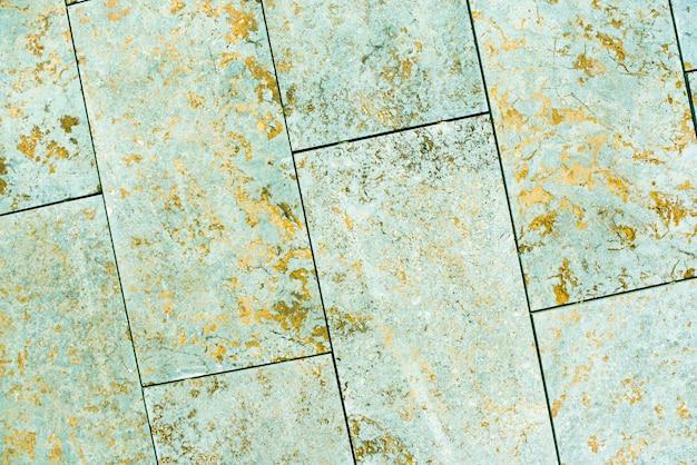 Fliesen, marmor, beton gealterte textur. alt, vintage seladongrün, fortuna gold hintergrund. gold mit rauheit und rissen.
