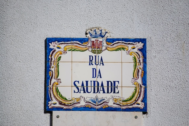 Fliesenplakette mit dem namen rua da saudade, in sintra, portugal