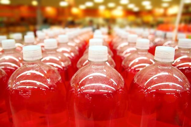 Fließbandflasche rote flüssigkeit rudert linien