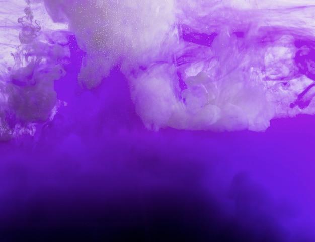 Fließende lila wolke aus tinte