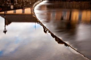 Fließendem wasser abstrakten stadt