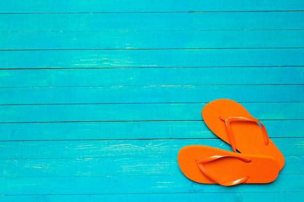 Flip-flops auf holzfarbe