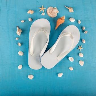 Flip flops, seesterne und muscheln