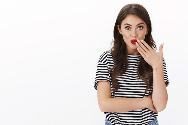 Flirty koketter glamour weiblicher klatsch, kichernd schmollende lippen albern und handfläche in mundnähe halten, roten lippenstift zeigen, amüsiert und unterhalten starren, saftige gerüchte unterhalten . verbreiten