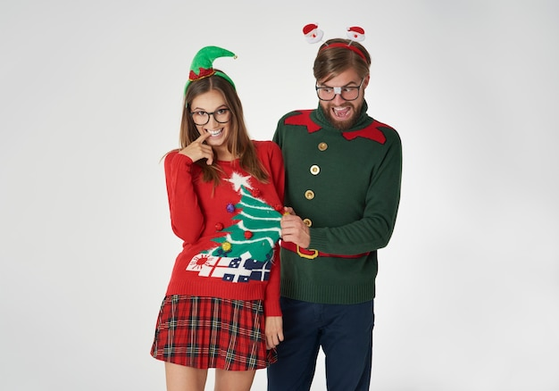 Flirty nerds in weihnachtspullovern