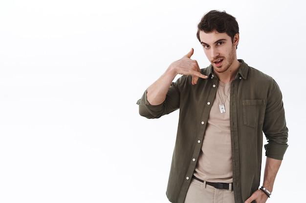 Flirty und freche, gutaussehende kaukasier bittet ihn anzurufen