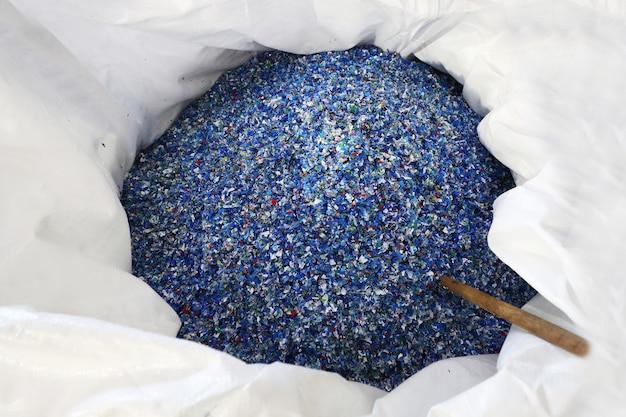Flocken aus recycelten plastikflaschen in einer tüte