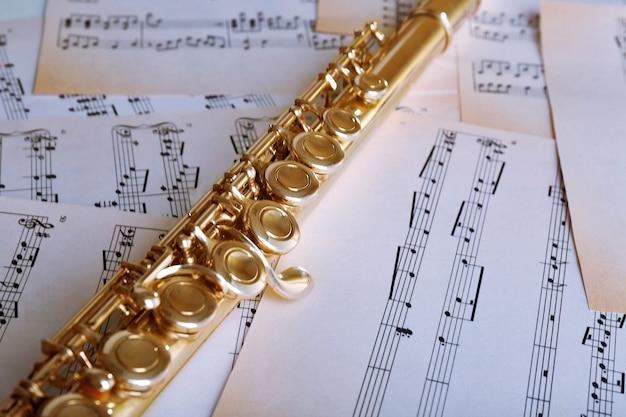 Flöte auf musiknotenhintergrund