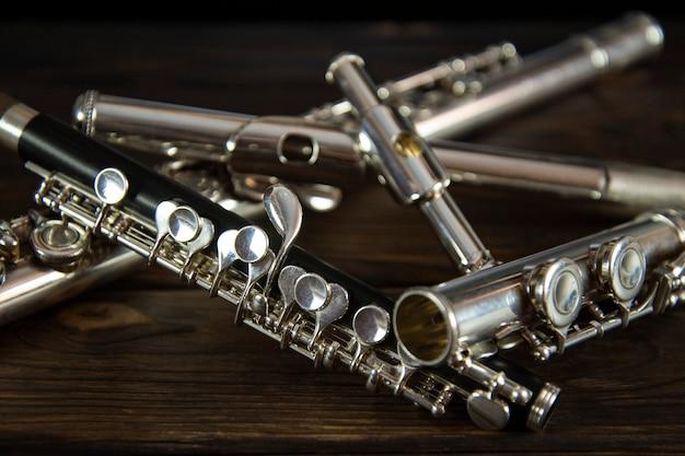Flötenteile auf einer holzoberfläche verstreut