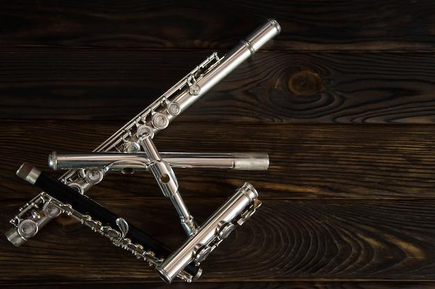 Flötenteile zufällig auf einer holzoberfläche verstreut