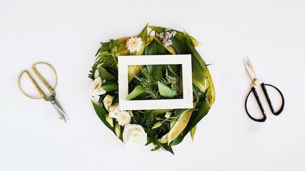 Florale komposition, rahmen und schere