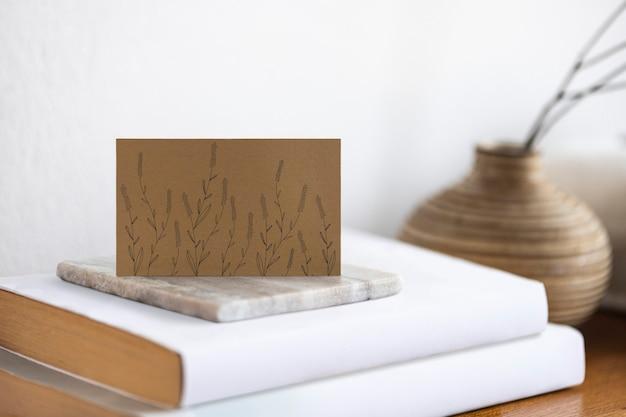 Florale visitenkarte mit ruhiger ästhetik auf einem tisch