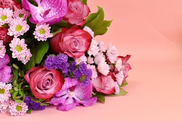 Floraler zarter rosa hintergrund für den designer.