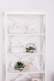 Florarium, komposition aus sukkulenten, stein, sand und glas, interieurelement, wohnkultur, glasterrarium
