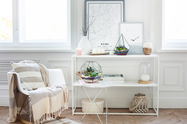 Florarium - komposition aus sukkulenten, stein, sand und glas, interieurelement, wohnkultur