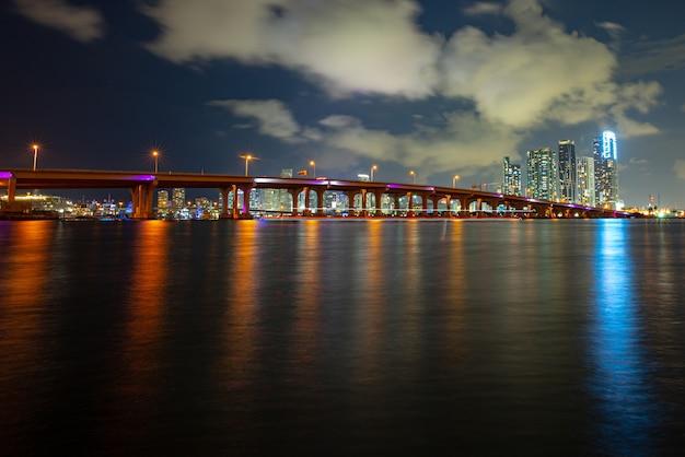 Florida miami nachtstadt. im stadtzentrum gelegene wolkenkratzerlandschaft der usa, zwielichtstadt.