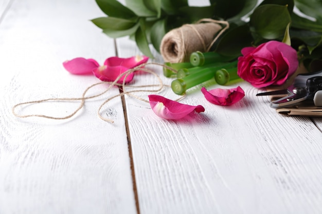 Florist arbeitsplatz, blumen und accessoires