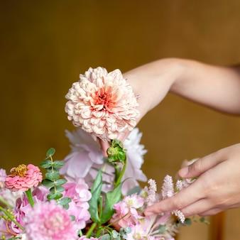 Florist arrangiert bouquet mit kernlachs
