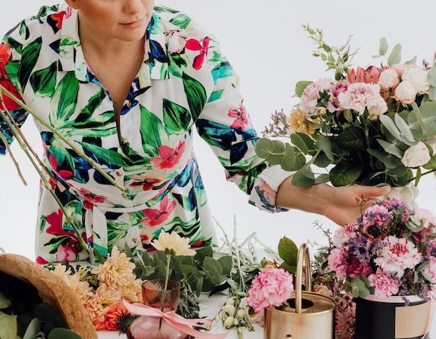 Florist arrangiert einen blumenstrauß