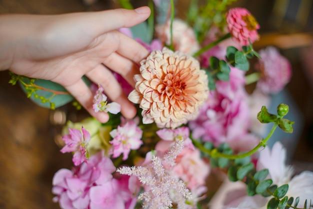 Florist arrangiert einen strauß kernlachs