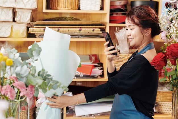 Florist, der blumenstrauß fotografiert