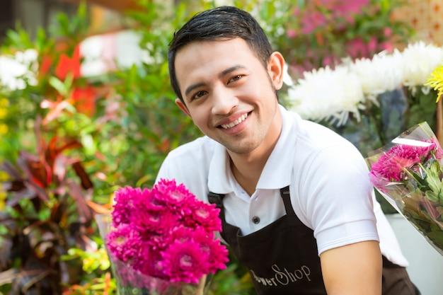 Florist, der einen blumenstrauß hält