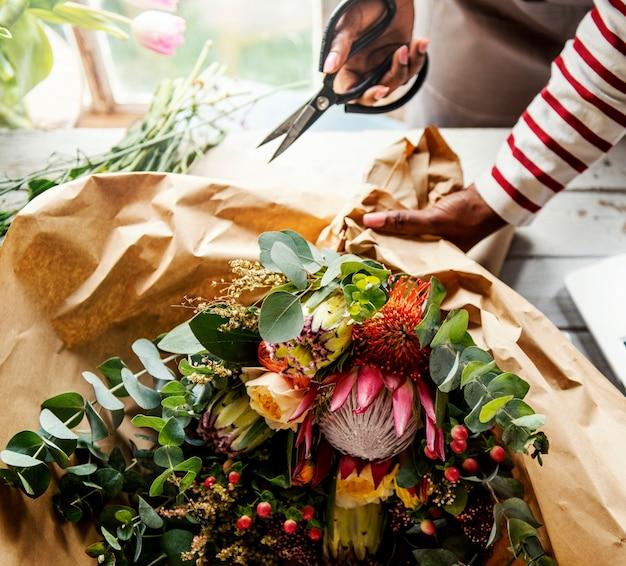 Florist, der frische blumen-blumenstrauß-anordnung macht
