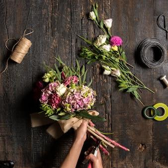 Florist desktop mit arbeitswerkzeugen und bändern