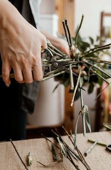 Florist macht ein schönes blumenarrangement