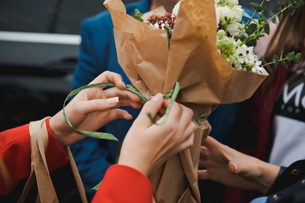 Florist macht einen blumenstrauß. floristenmädchen sammelt einen großen schönen blumenstrauß