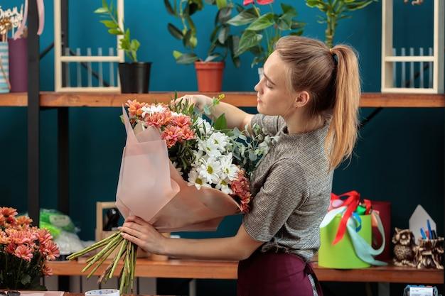 Florist macht einen blumenstrauß