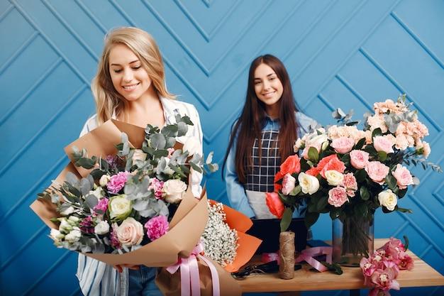 Florist macht einen schönen blumenstrauß in einem studio