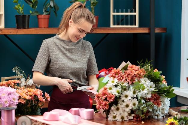 Florist macht einen strauß chrysanthemen